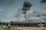 Núi lửa Sinabung phun trào kèm theo rung chấn ở Indonesia