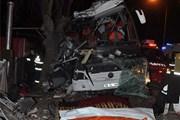 Xe khách đâm vào hàng cây trong đêm khiến 11 người thiệt mạng