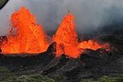 [Video] Núi lửa phun dung nham đỏ rực một góc trời Hawaii