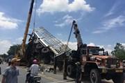 Xe tải bất ngờ rơi xuống cầu khiến 2 người thương vong