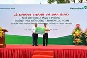 Bàn giao lớp học do Vietcombank tài trợ cho trường học ở Bắc Giang