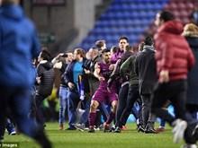 "Aguero ""nổi điên"" với fan Wigan sau trận thua sốc của Man City"
