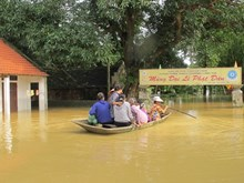 [Photo] Cuộc sống chật vật của người dân các nơi trong mưa lũ