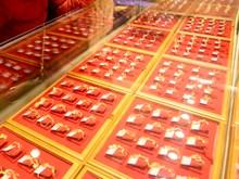 Giá vàng châu Á tiếp tục đà giảm xuống mức đáy trong một năm