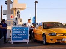 Giá dầu thế giới giảm mạnh do lượng dầu tinh lọc dự trữ của Mỹ tăng
