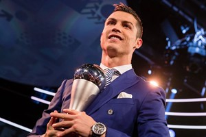 """Ronaldo """"đá đểu"""" Messi và Barcelona trong ngày được vinh danh"""