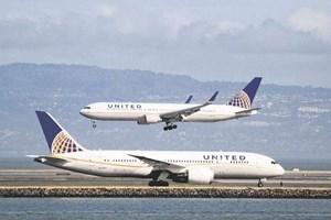 """Hãng United Airlines lại bị tố """"đuổi người"""" sau vụ bác sỹ gốc Việt"""