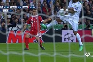 """Trọng tài lại """"cứu' Real Madrid thoát penalty gây tranh cãi?"""