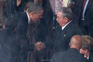 Cái bắt tay lịch sử trong lễ tang ông Mandela