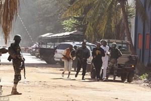[Photo] Lực lượng đặc nhiệm Mali bao vây khách sạn Raddison Blu
