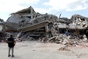Chạy đua với thời gian tìm người sống sót sau động đất ở Italy