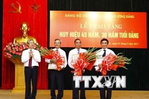 Trao tăng huy hiệu 45 năm, 30 năm tuổi Đảng cho một số đảng viên