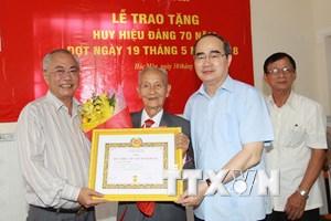 Thành phố Hồ Chí Minh: Trao huy hiệu 70 năm tuổi Đảng cho 3 đảng viên