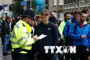 [Video] Cảnh sát Anh bắt một đối tượng tình nghi khủng bố ở London