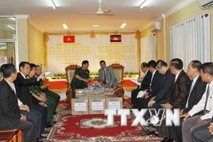 Việt Nam tặng quà cho Mặt trận Đoàn kết-Phát triển Tổ quốc Campuchia