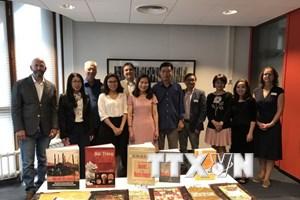 Trao tặng 41 cuốn sách quý về Việt Nam cho thư viện đại học ở Hà Lan