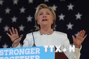 Sóng gió liên tục ập đến gia đình Clinton trước ngày bầu cử tổng thống