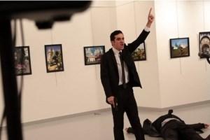 [Video] Xuất hiện clip mới ghi khoảnh khắc Đại sứ Nga bị bắn