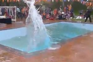 """[Video] Hồ bơi như có """"sóng thần"""" dữ dội khi xảy ra động đất"""