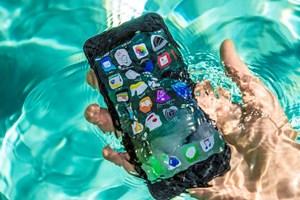 Chuyện gì xảy ra khi ngâm iPhone 7 trong nước sôi và Coca lạnh?