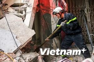 Lực lượng cứu hộ bới từng viên gạch tìm nạn nhân vụ sập nhà Cửa Bắc