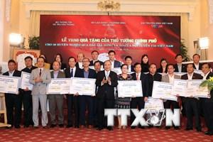 [Photo] Thủ tướng tặng quà 20 huyện nghèo từ tiền đấu giá áo Tuyển U23