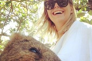 """Du khách thi nhau chụp ảnh """"tự sướng"""" cùng con vật hạnh phúc nhất"""