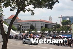 Người dân xếp hàng vào viếng ông Lý Quang Diệu ngày càng đông