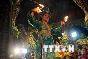 Biến tướng nghi lễ Hầu đồng: Đưa ca khúc của Lào vào Hát văn