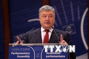 Tổng thống Ukraine Petro Poroshenko ký luật tái hòa nhập Donbass