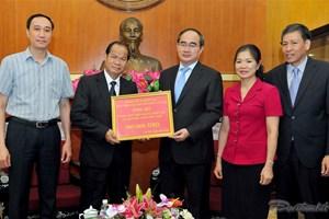 Đại diện Đại sứ quán Lào trao tiền ủng hộ dân bị hạn mặn