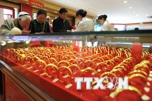 Giá vàng trên thị trường châu Á chạm gần mức cao nhất 2 tuần qua