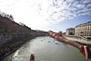 Rome chào Năm mới bằng màn nhảy sông truyền thống