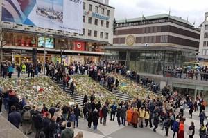 Hình ảnh người Thụy Điển chưa hết bàng hoàng sau vụ khủng bố chết chóc
