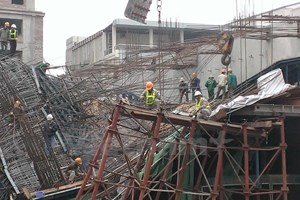 [Video] Vụ sập giàn giáo dự án đường sắt nhìn từ trên cao