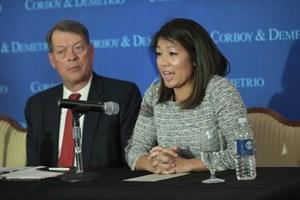 """Luật sư và con gái bác sĩ David Dao nói gì về vụ """"bị lôi khỏi máy bay"""""""