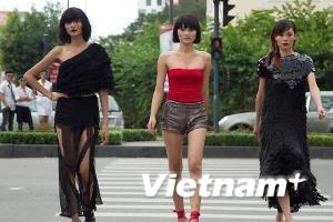 """Next Top Model: Thí sinh lựa đồ """"lố"""" diễu trên phố"""