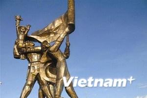 Tượng đài Điện Biên Phủ lại đón khách tham quan