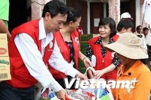 Ủng hộ người dân miền Trung thiệt hại vì mưa lũ