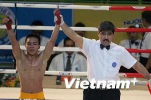 Nguyễn Phi Long thắng trận đầu môn kick-boxing