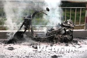 Video về vụ cháy xe máy trên cầu Chương Dương
