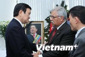 Chủ tịch nước viếng Tổng thống Venezuela Chavez