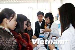 Ngày đầu bán iPhone: Người xem đông hơn mua