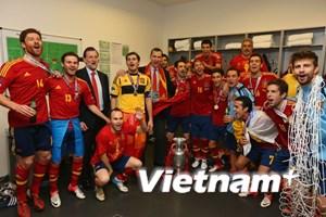 Bảy cầu thủ Tây Ban Nha giành cả ba chức vô địch
