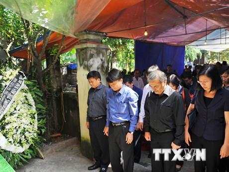 [Photo] Nghẹn lòng tiễn đưa phóng viên Đinh Hữu Dư về nơi an nghỉ