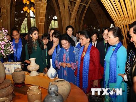 [Photo] Phu nhân Trưởng đoàn các nền kinh tế APEC thăm Hội An