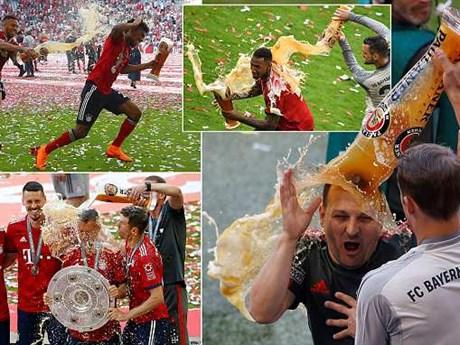 Cận cảnh màn tắm bia của Bayern trong ngày nâng đĩa bạc