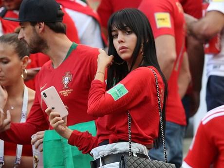 """Người tình quyến rũ tiếp """"doping,"""" Ronaldo bùng nổ cùng Bồ Đào Nha"""