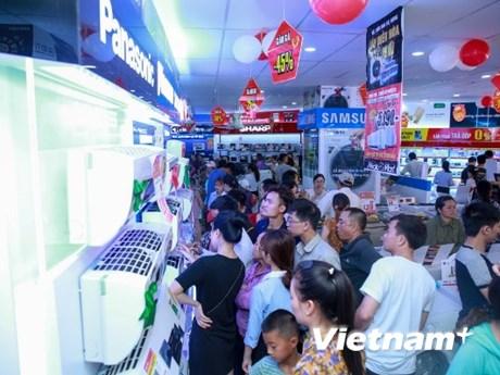 Siêu thị điện máy chật cứng người mua thiết bị chống nóng