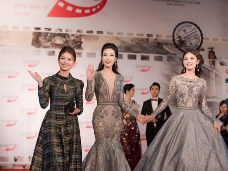 Chùm ảnh sao Việt rực rỡ trên thảm đỏ Liên hoan phim quốc tế Hà Nội